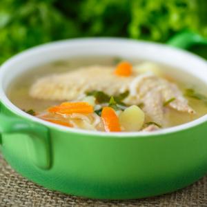 Bouillon de poule : une soupe facile et économique. Le bouillon de poulet est une délicieuse soupe à faire avec les restes de poulet ou une carcasse de poulet. Le bouillon de poulet peut aussi servir comme fond de sauce, i