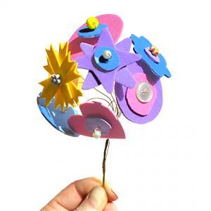 Bouquet de fleurs aux pétales géométriques découpés dans des feuilles de mousse. Un joli bouquet coloré, tout rond à faire et à offrir à l'occasion de la fête des mères , fête des grand-mères