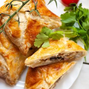 Une recette de brick inspirée des recettes montagnardes. Ce brick est composé de petits lardons, de tranches de champignon, de crème fraîche et bien sûr d'un oeuf. Une recette facile à faire