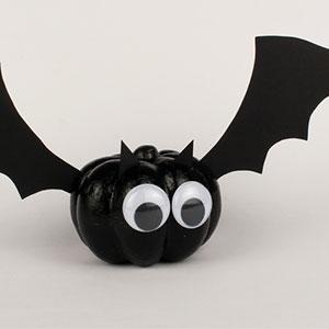 Un tuto pour apprendre à fabriquer une chauve-souris d'Halloween avec les enfants