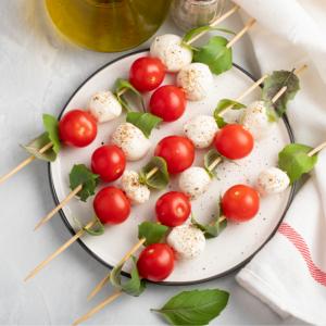 Brochettes de tomate et fromage à préparer pour un snack, buffet ou brunch. Une idée amusante pour consommer des tomates.