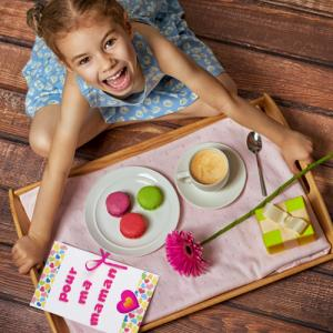 Idée cadeau fête des mères : vous recherchez une idée de cadeau pour la fête des mères ? Voici la sélection de nos meilleures idées cadeaux pour faire plaisir à maman. Bijoux, cartes de fêtes des mères, jolies boîtes, objets personnalisés. Vous avez l'emb