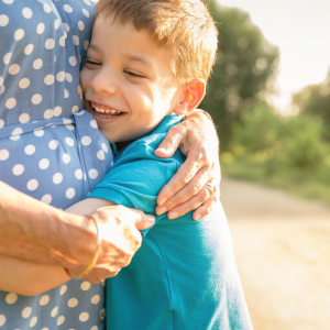 Vous cherchez une idée de cadeau pour mamie ? Que ce soit pour la fête des grands mères ou son anniversaire, voici notre sélection d'idées cadeaux à fabriquer avec les enfants et qui feront plaisir à tous les coups.