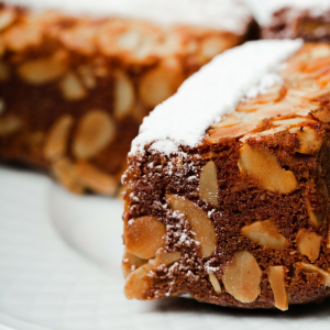 Recette d'un cake original puisqu'il est au chocolat et aux fruits secs. Ce cake chocolat fruits secs est un mariage parfait pour résister aux frimas de l'hiver et à la morosité des trop courtes journées.