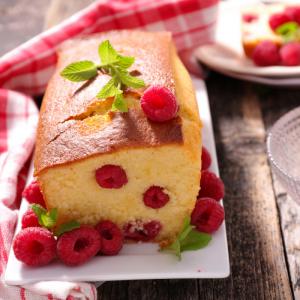 Cake aux framboises : Voici une recette de cake aux fruits que je tiens de ma tante, c'est une recette testée depuis de nombreuses années. Les framboises apportent du moelleux et de la délicatesse au cake. Le gât