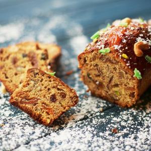 Recette du cake aux raisins secs, aux abricots secs et aux fines lamelles de zeste d'orange. Un cake riche parfait pour les goûters d'hiver. Une recette de cake facile à faire.