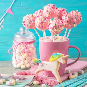 La cake pop framboise chocolat blanc est une adorable recette que vos kids vont adorer. Une recette facilitée grâce à un moule adapté.