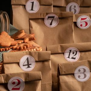 Bricolage pour préparer Noël : Calendrier de l'Avent à réaliser avec un sac en papier et des fridandises emballées. Le calendrier de l'Avent aide les enfants à patienter en attendant No&e