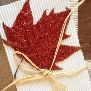 Une carte d'automne avec des feuilles d'automne à paillettes à réaliser soi-même