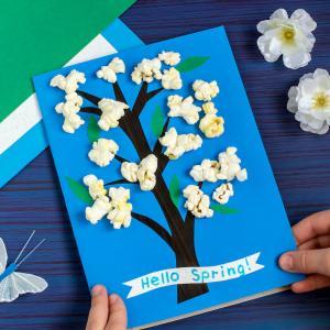 Fabriquer une carte pour le Printemps? C'est une bonne idée pour occuper les enfants avec l'arrivée du beau temps. Découvrez comment créer une carte originale en créant un arbre fleuri avec du pop corn.
