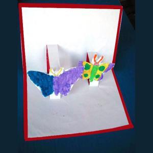 Cette carte en Kirigami simple est décorée de beaux papillons colorié par votre enfant qui pourra l'offrir à ceux qu'il aime. Fiche d'activité manuelle pour préparer et écrire un
