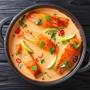 Recette de cuisine : Cassolette de saumon sauce safran et curry. Une recette facile et rapide à préparer. La cassolette de saumon est à servir avec une garniture de riz et petits légumes cuits à la va