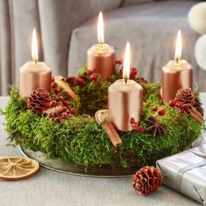 Fabriquer un centre de table inspiré par la nature pour embellir votre table de Noël. Avec quelques bougies, et une couronne de paille découvrez ce tuto simple pour une décoration incroyable !