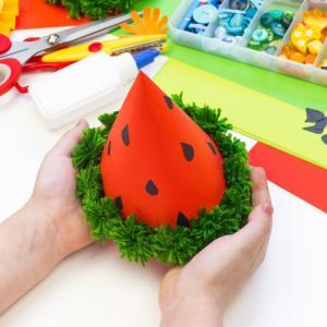 Chapeau de pirate à fabriquer en DIY pour Halloween ou pour une fete sur le theme des enfants. Ce chapeau est facile à réaliser et votre enfant pourra l'utiliser avec un costume de pirate pour un meilleur rendu.