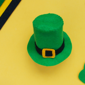 Voici un tuto pour fabriquer un chapeau de Leprechaun en feutrine facilement.