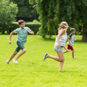"""Le jeu du """"Chat perché"""" est très populaire auprès des enfants. Ce jeu est une variante du jeu du Loup, aussi connu sous d'autres nom comme trappe trappe. Un jeu facile à mettre en place et qui ne nécessite aucun matériel."""