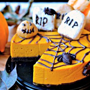 Découvrez comment réaliser ce cheesecake d'Halloween à la carotte et à l'orange. Une jolie façon de faire manger des légumes à vos enfants de manière délicieuse. Ce gâteau sera parfait pour un goûter ou un repas d'Halloween.