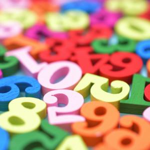 chiffres - mot du glossaire Tête à modeler. Les chiffres sont des signes  qui permettent d'écrire tous les nombress. Définition et activités associées au mot chiffres.