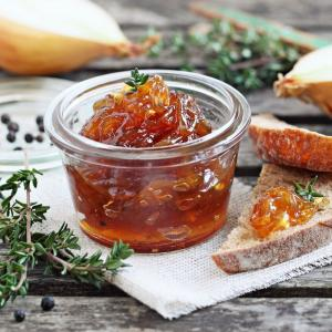 le chutney aux oignons est le plus simple et le plus passe partout des chutney, cette préparation entre la marmelade et la confiture sucrée salée. Vous trouverez de nombreuses raison d'utiliser le chutney aux oignons. Il e