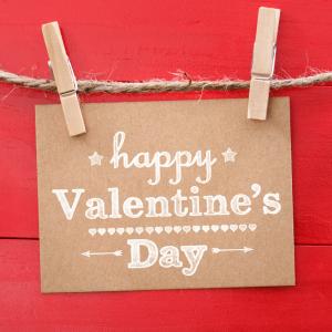 Trouvez une citation Saint Valentin pour écrire un joli texte à l'être aimé et pour souhaiter une bonne fête des amoureux à vos proches.