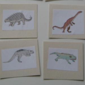 Coloriage d'une scène du temps des dinosaures : coloriage de deux dinosaures l'allosaure et le ptérodactyle. Coloriage d'un des dinosaures les plus féroces et d'un dinosaure volant. Un dessin à imprimer pour colorier les dinosaures.