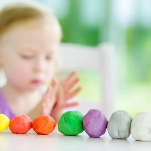 Pour donner de jolies couleurs à votre pâte à sel, vous pouvez peindre vos créations après cuisson mais vous pouvez aussi les colorer avec des astuces toutes simples et 100% naturelles. Suivez nos conseils !