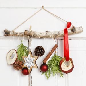 Comment fabriquer une suspension de Noël avec des éléments naturels comme des pommes de pin, des branches de sapins ou encore des bâtons de cannelles. Une jolie décoration de Noël