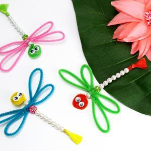Une activité de printemps qui vous permettra de créer une  jolie libellule en perles et chenilles. Elles sont vraiment jolies avec toutes leurs couleurs et leurs petits yeux mobiles ! Les enfants adoreront en mettre dans la maison.