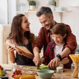 Cuisiner bien et bon demande aussi un peu de sens pratique que nous avons malheureusement perdu. Cuisiner de façon pratique demande donc de retrouver une certaine organisation pour un gain de temps au quotidien.