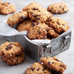 Recette cookies flocons d'avoine. Voici la recette de cookies healthy aux flocons d'avoine et aux pépites de chocolat, aux cranberries ou aux raisins secs. Suivez le pas-à-pas afin de régaler toute la famille avec ces cookies healthy aux flocons d'avoine