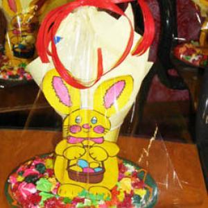 Bricolage expliqué et illustré de photos pour réaliser un lapin de Pâques garnis de chocolats.