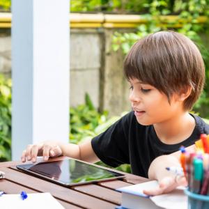 Depuis le 16 mars, les français sont confinés et les parents doivent gérer l'école à la maison. Voici nos astuces et idées pour assurer la continuité pédagogique des enfants.
