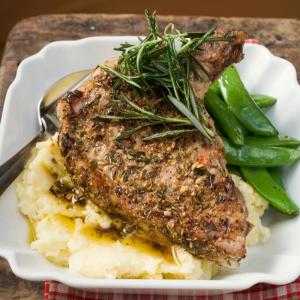 Une recette toute simple de mon enfance. Les côtes de porc sont cuisinées au vin blanc et cuites au four. La préparation terminée, les côtes de porc cuisent toutes seules ! Recette illustrée