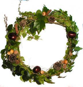 Activité de bricolage d'automne : réalisation maison d'une couronne de bienvenue aux feuillages d'automne. La couronne est à placer sur la porte d'entrée ou à offrir en cadeau.