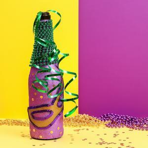Décorer et cutomiser une bouteille sur le thème du Carnaval. Activité simple à faire et qui fera toute la différence sur une table décorée sur le thème du Carnaval.