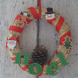 Qu'on l'appelle, couronne de bienvenue, couronne de Noël ou couronne de l'Avent, la couronne est un ornement que l'on fixe sur sa porte d'entrée avant Noël ou que l'on pose sur sa table de fêtes pour le réveillon. Retrouvez toutes nos idées de couronnes à
