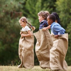 Organiser une course en sac pour les enfants