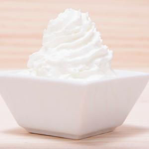 Cette recette inratable de creme chantilly sera parfaite pour tous vos desserts. Dans un milkshake, sur un gateau, avec des fruits. C'est une recette simple et inratable faite avec un robot qui regalera tous vos convives.