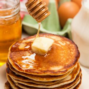 Recette de crêpes au fromage blanc et au miel liquide. une recette délicieuse à faire en famille