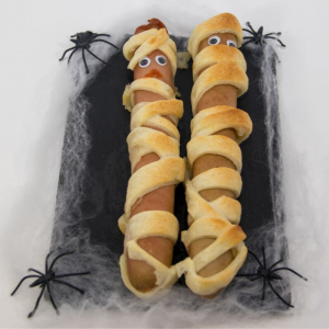 Voici la recette des saucisses momies à base de pâte feuilletée. Une délice à servir à vos invités durant un repas d'Halloween. Attention de nos pas trop en dévorer !