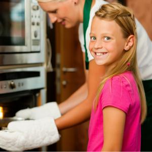 La pâte à sel est une activité simple, économique et accessible aux enfants dès 2 ans ! Pour de beaux objets, il vous faudra bien cuire votre pâte. Retrouvez tous conseils pour la cuisson de votre pâte à sel. Support, outils, modelage : une foule d'autres