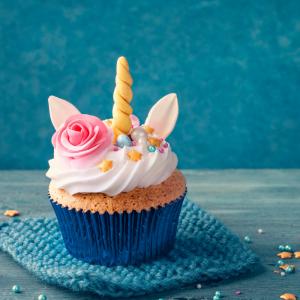 Un cupcake licorne facile à faire ! Les cupcakes sont toujours très séduisants et appétissants avec leur garniture à base de crème, de beurre ou de cheese cream, mais avouons-le nous n'avons pas toujours le temps de réaliser une garniture compliquée ou lo