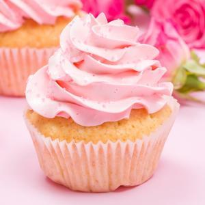 Un cupcake au miel et aux amandes à faire avec les enfants le mercredi, le week-end ou pendant les vacances. Le biscuit de ce cupcake est parfumé aux amandes avec une pointe de miel. La décoration du cupcake rappelle le parfum du biscuit avec les amand