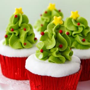 Retrouvez la recette du cupcake coco et mousse en sapin de Noël ! Un joli et délicieux dessert à proposer à vos enfants pour Noël.
