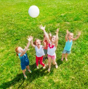 Dauphin Dauphine est un jeu pour enfant qui mêle à la fois rapidité et adresse. Rapide pour attraper le ballon ou s'échapper, et adroit(e) pour bien viser. Un jeu de plein air que l'on retrouve dans les centres aérés. Retrouvez les règles de ce jeu dans n