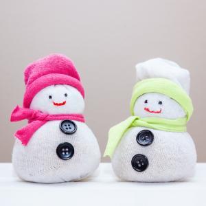 Bricolage pour réaliser des décorations de Noël : Des petits bonhommes de neige à faire en tissus ou en feutrine