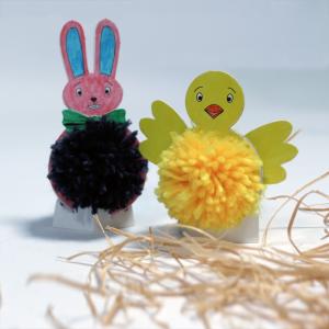 activité de bricolage enfants pour réaliser une déco poussin et lapin pompons