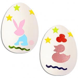 Décoration des œufs de Pâques aux pochoirs