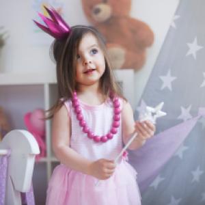 Votre fille veut se déguiser en fée, mais voilà elle n'a aucun déguisement de fée ! Utilisez une jupe de maman qui se transforme en jupe longue, nouez quelque foulard ou recyclez la robe de princesse trouvée au fond du tiroir. Ajoutez quelques acces