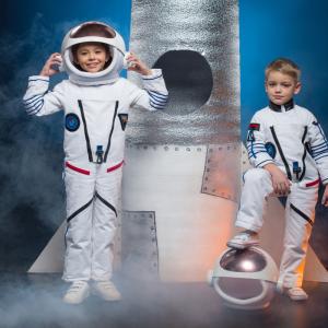 Vous cherchez une idée de déguisement sur le thème de l'espace pour votre enfant ? Voici sans plus attendre notre sélection et nos de déguisements avec des astronautes, des martiens, des personnages de science fiction et même des petits Buzz l'écla
